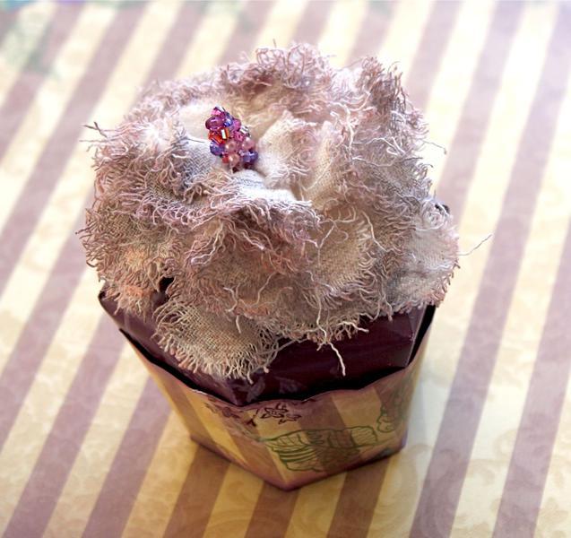 Cupcake treat box (Meg's Garden Blog Hop)